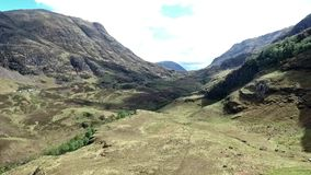 Glen Coe Highlands Skottland antenn skjuten fotvandra och panoramasikt stock video