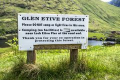 Glen Etive, Escocia - 30 de mayo de 2017: Advertencia de la muestra de la protección del bosque Imágenes de archivo libres de regalías