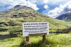 Glen Etive, Escocia - 30 de mayo de 2017: Advertencia de la muestra de la protección del bosque Foto de archivo