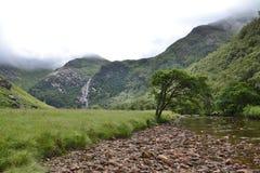 Glen Nevis-Tal mit Steall-Wasserfall, zweites höchstes in Schottland, Fort William, Lochaber, Hochländer, Vereinigtes Königreich lizenzfreie stockfotos