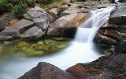 Glen River Flows Peacefully Through das Tal unter Slieve Donard, Nordirland stockbild