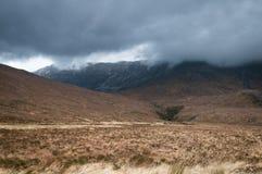 Glen Torridon balayé par le vent, bas nuage au-dessus de Beinn Eighe Image stock