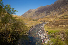 Glencoe河Clachaig有山的苏格兰英国在苏格兰高地在春天有人的 免版税库存图片