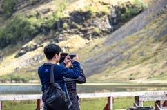 Glencoe苏格兰- 2017年5月14日:享受风景的亚裔游人 免版税图库摄影
