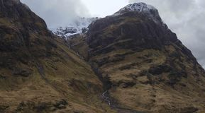 Glencoe berg med snö Arkivfoto
