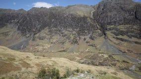 Glencoe Schotland die Britse mooie Schotse nauwe vallei overweldigen en van de bergen beroemde toerist bestemmings panmening stock videobeelden