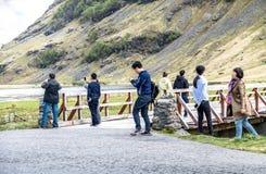Glencoe Skottland - Maj 14 2017: Asiatisk turist som tycker om landskapet Arkivbild
