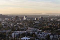 Glendale и Лос-Анджелес на сумраке стоковые фото