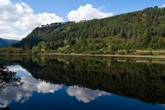 glendalough湖降低 免版税图库摄影