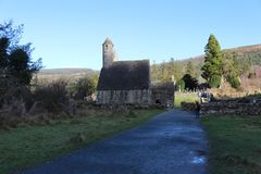 GLENDALOUGH,爱尔兰- 2018年2月20日:古老公墓在修道院站点Glendalough Glendalough谷,威克洛山 免版税库存图片