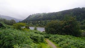 Glendalough e montanhas de Wicklow na Irlanda com névoa nos montes foto de stock royalty free