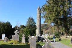 GLENDALOUGH IRLAND - Februari 20 2018: Den forntida kyrkogården i den kloster- platsen Glendalough Berg för Glendalough dal, Wick Fotografering för Bildbyråer