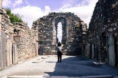 GLENDALOUGH, IRLANDA - 26 DE JULIO DE 2017: Vista de las ruinas de las ruinas de la catedral de Glendalough fotografía de archivo