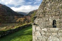 Glendalough kościół zakończenie up z krajobrazem Obrazy Royalty Free