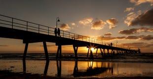 Glenelg brygga på solnedgången Södra Australien, Adelaide fotografering för bildbyråer