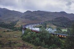 Glenfinnan铁路高架桥在有蒸汽火车的苏格兰 图库摄影