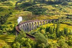 Glenfinnan järnväg viadukt i Skottland med ett ångadrev