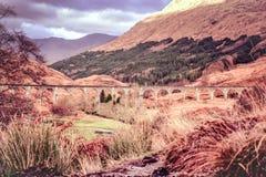 Glenfinnan viadukt - Harry Potter filmviadukt i skotsk Skotska högländerna arkivbilder