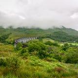 Glenfinnanviaduct in Schotland op donkere dag stock foto's