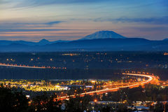 Glenn L Jackson Bridge und der Mount Saint Helens nach Sonnenuntergang lizenzfreie stockfotografie