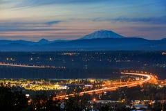 Glenn L Jackson Bridge y el Monte Saint Helens después de la puesta del sol Fotografía de archivo libre de regalías