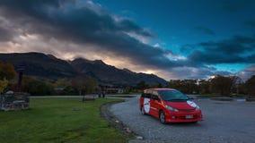 GLENORCHY, NZ - Mai 2015 - Sonnenaufgang-Zeitspanne an einer Stadt von Glenorchy, Neuseeland Ein geändertes Auto als campervan ka stock video