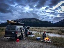 Glesbygdsområde som campar i min skåpbil 4x4 i avlägsna Alaska arkivfoton