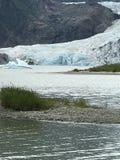 Gletscher, der das Wasser mit Berg im Hintergrund trifft lizenzfreie stockfotografie