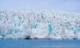 Gletscher, der den Ozean bei Svalbard in Norwegen trifft Lizenzfreie Stockfotos