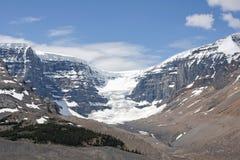 Gletscher gleitet hinunter weg eine Wand des Granits und des Schnees Lizenzfreies Stockfoto