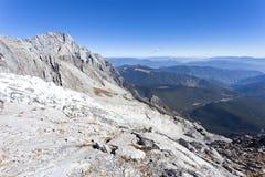 Gletscher innerhalb der schneebedeckten Berge lizenzfreie stockbilder