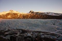 Gletscher lecken mit Mond auf Stockfotografie