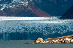 Gletscher Perito Moreno und umgebende Berge Lizenzfreie Stockfotografie
