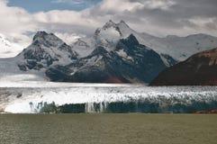 Gletscher Perito Moreno und umgebende Berge lizenzfreies stockfoto