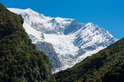 Gletscher umfasste Bergspitze in Neuseeland Lizenzfreies Stockbild