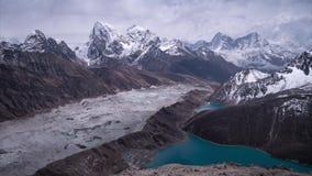 Gletscher und Gokyo See in den Himalajabergen - Ansicht von Spitze Gokyo Ri, 5483m stock footage