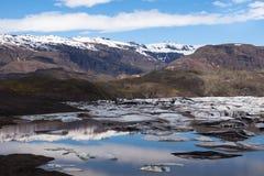 Gletscher und See mit Eisbergen, Island stockfotos