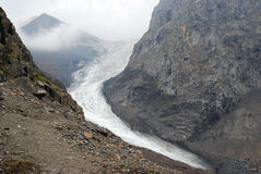 Gletscher zwischen Bergen lizenzfreie stockbilder