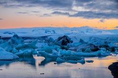 Gletscherlagune um Mitternacht lizenzfreie stockfotos