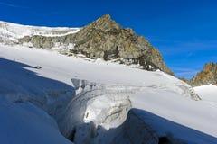 Gletscherspalte auf dem Gletscher Plateau du Trient stockfotos
