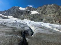 Gletscherspalte in den europäischen Alpen stockfotos