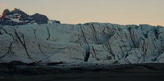 Gletscherstruktur vor Bergen Lizenzfreies Stockfoto