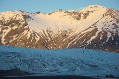 Gletscherstruktur vor Bergen Lizenzfreie Stockbilder