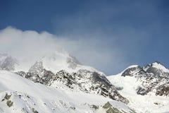 Gletsjer in de bergen met blauwe hemel Stock Afbeeldingen