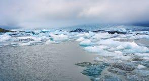 Gletsjer de la carretera de circunvalación islandesa que va hasta el final alrededor Imagen de archivo libre de regalías