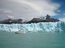 Gletsjer die de berg dalen Stock Afbeeldingen