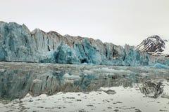 Gletsjer die de oceaan ingaan stock foto's