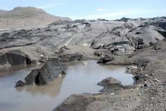 Gletsjer die met zwarte vulkanische as wordt behandeld - IJsland royalty-vrije stock afbeeldingen