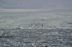 Gletsjer en ijzig ijs die in ijzige lagune, Jokursarlon-lagune, IJsland drijven royalty-vrije stock foto