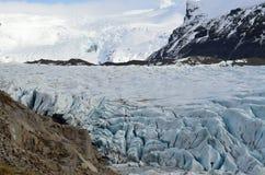 Gletsjer en ijzig ijs die in kleine ijzige lagune, IJsland drijven royalty-vrije stock foto
